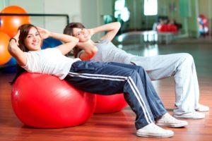 Упражнения с фитболом при сколиозе
