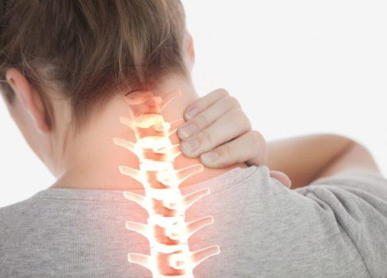 Почему может защемить шею